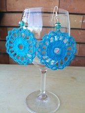 Orecchini lunghi pendenti azzurri con perlina in vetro ad uncinetto