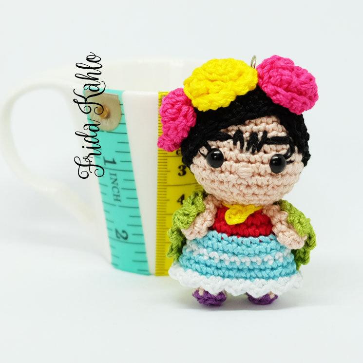 Pupazzetto portachiavi uncinetto Amigurumi Frida Kahlo