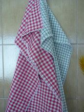 Coppia di asciugapiatti in tessuto di cotone rifiniti con archetti a uncinetto