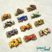 Calamita in stile country, con fiocco di juta e decorazione in fimo e fiori