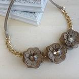 collana con giro di fiori in ecopelle e catena color oro