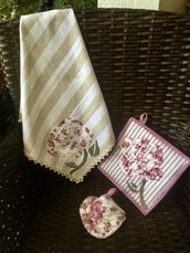 Asciughino e presine coordinate con rose stilizzate