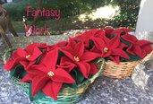 Natale - Cestino di vimini con stelle di natale di lana cotta rossa