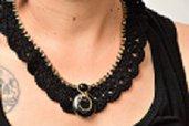 Collana realizzata ad uncinetto nero e oro