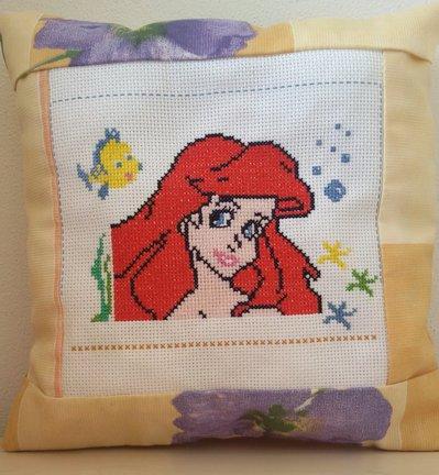 Cuscino ricamato punto croce personaggio cartoni Ariel la sirenetta