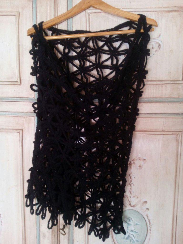 scialle lana nero a uncinetto boho chic con fiori stilizzati a larghe trame - neo hippy