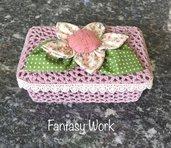 Cestino rigido all'uncinetto di colore rosa antico con fiore di stoffa