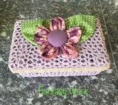 Cestino rigido all'uncinetto di colore lilla con fiore di stoffa