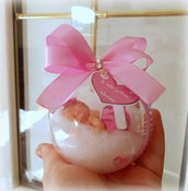 Pallina/sfera in plexiglass diametro 7 cm con bebè in porcellana fredda