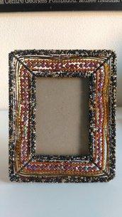 Cornice portafoto rettangolare in metallo decorata a mano con perline e corallini