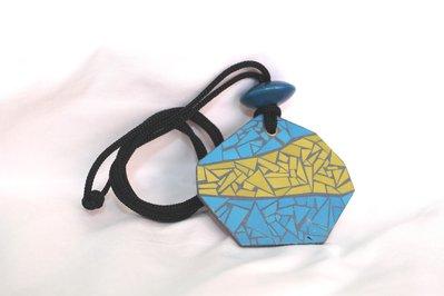 collana con ciondolo in legno grigio stile mosaico