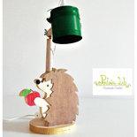lampada in legno con paralume in latta verde e riccio in legno d'abete e legno d'okoumè, dipinto a mano - oggetto decorativo - lampada da scrivania - lampada da tavolo