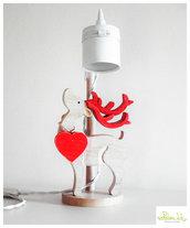 lampada in legno con paralume in latta bianco con cervo / renna in legno di pioppo e kotè con cuore rosso in legno di recupero- lampada da tavolo - lampada da scrivania