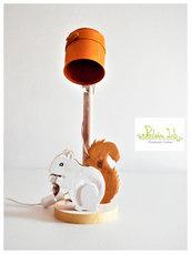 lampada in legno e paralume in latta con scoiattolo in legno di recupero di abete, oggetto decorativo - paralume - lampada da tavolo