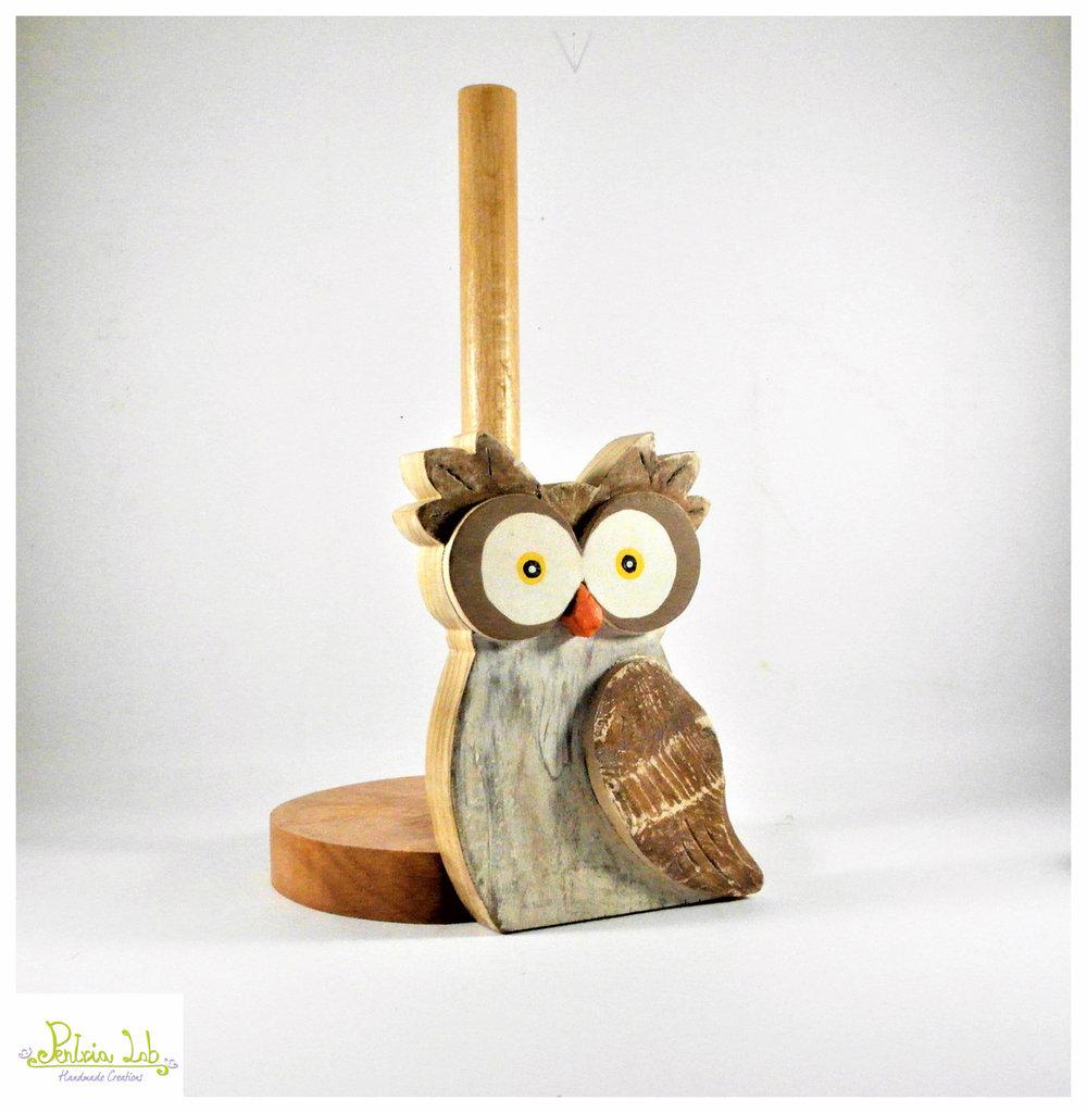 Porta rotolo in legno con gufo in legno di recupero di abete, oggetto utile decorativo.
