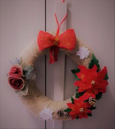 Ghirlanda natalizia con fiori e pigne