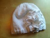 cappello lana donna uncinetto con grande fiore bianco e argento - cuffia in lana - fatto a mano ai ferri