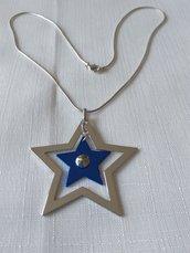 collana con catena colore argento e ciondolo con doppia stella, blu