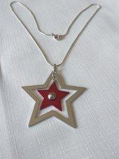 collana con catena colore argento e ciondolo con doppia stella, rosso