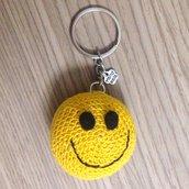 Portachiavi con faccina emoji sorridente amigurumi fatto a mano all'uncinetto