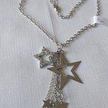 collana con catena colore argento e ciondolo con  stelle