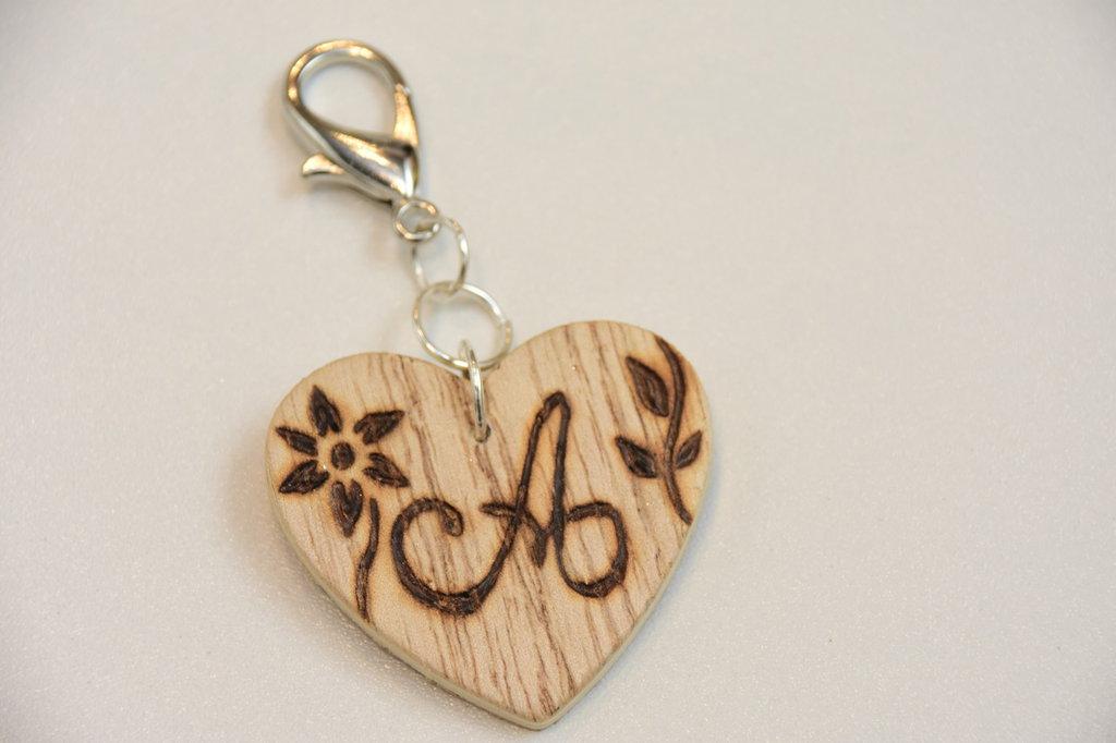Portachiavi in legno con iniziale incisa - lettera A