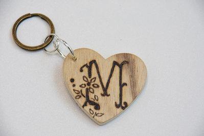 Portachiavi in legno con iniziale incisa - lettera M