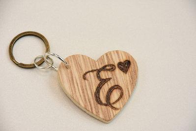 Portachiavi in legno con iniziale incisa - lettera E