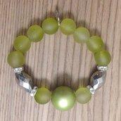 Braccialetto elastico con perle verdi e argento, fatto a mano