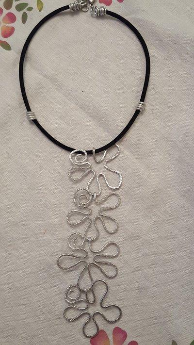 Collana regolabile cascata di fiori in alluminio e velluto