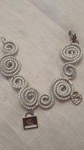 Bracciale in alluminio striato e charms