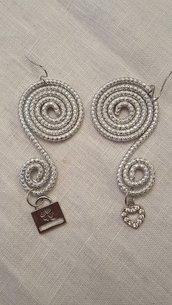 Orecchini in alluminio striato e charms (monachella in acciaio)