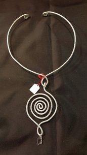 Collana girocollo semirigida in alluminio con pendente Swarovski cristal