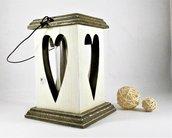 lanterna traforata in legno d'abete, con manico in ferro cotto.