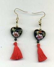 Orecchini pendenti con cuore in cloisonne' nero e nappina rossa