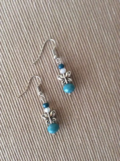Un paio di orecchini con farfalline