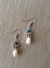 Un paio di orecchini con perle irregolari