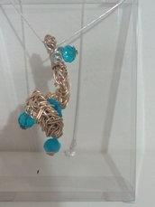 Collana con foglia riporta che racchiude perle di vetro