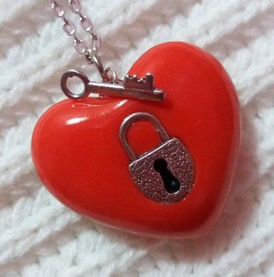 Collana con ciondolo a cuore con chiave e lucchetto