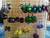 orecchini con pietre di plastica