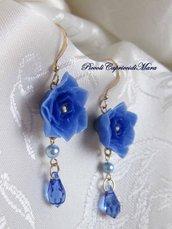 Orecchini con fiore blu in pasta di mais, cristalli blu, perle azzurre