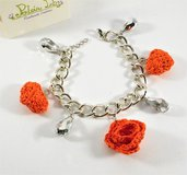 Bracciale con cuore e rosa ad uncinetto con perline. tonaliltà arancio. bijoux all'uncinetto