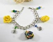 Bracciale con roselline ad uncinetto con perle e charms. tonaliltà giallo e multicolore - mini amigurumi