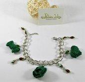 Bracciale con rosa, fiocco, cuore ad uncinetto con perle. tonaliltà verde - mini amigurumi