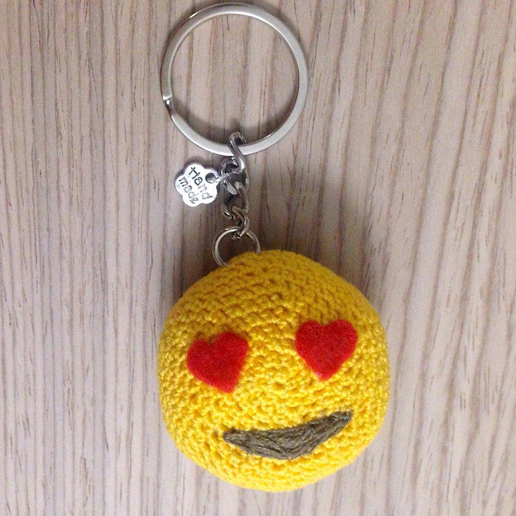 Portachiavi con faccina emoji innamorata amigurumi fatto a mano all'uncinetto