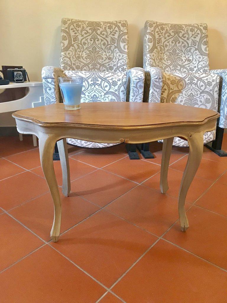 Tavolino color tortora con rifiniture dorate