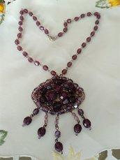 collana modello rosario con ciondolo grande in mezzo cristallo viola, fatta a mano