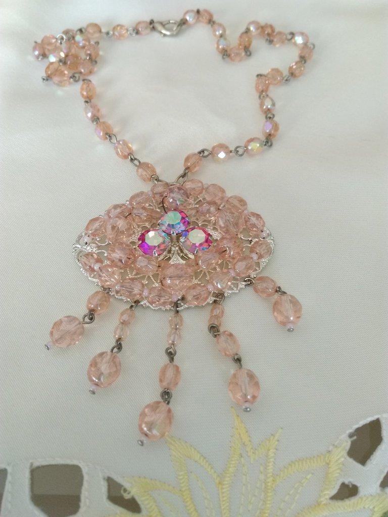 collana modello rosario con ciondolo grande in mezzo cristallo rosa, fatta a mano