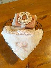 Cestino di ferro con lavette ricamata e sapone naturale