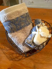 Cestino di ferro brunito con lavette di spugna
